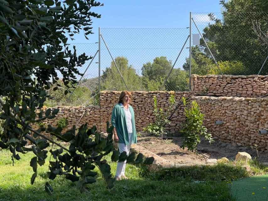 La casa de la consejera tiene un amplio jardín y una terraza con vistas a Murcia.
