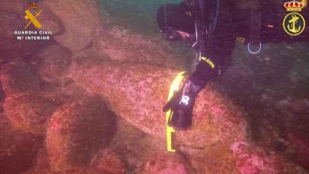 Submarinistas de la Guardia Civil manipulando el artefacto.