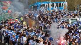 La afición de la Real Sociedad, congregada para despedir al equipo antes de jugar la final de la Copa del Rey