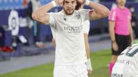 Rafa Mir celebra un gol con el Huesca