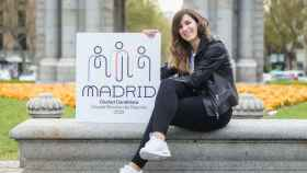 Sofía Miranda junto al logo de la candidatura de Madrid a capital del deporte mundial