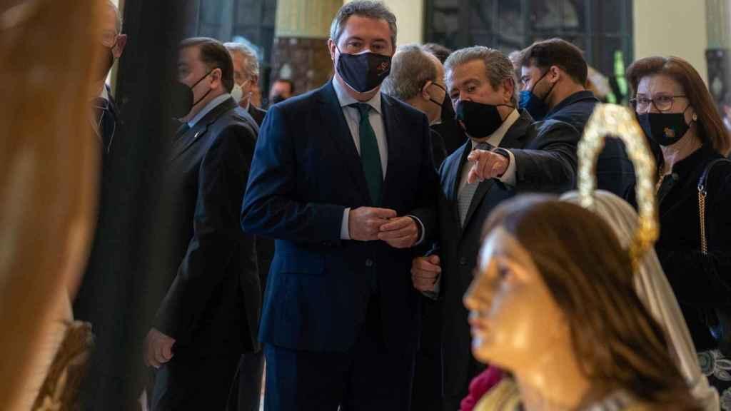 El alcalde de Sevilla, Juan Espadas, en un acto cofrade.