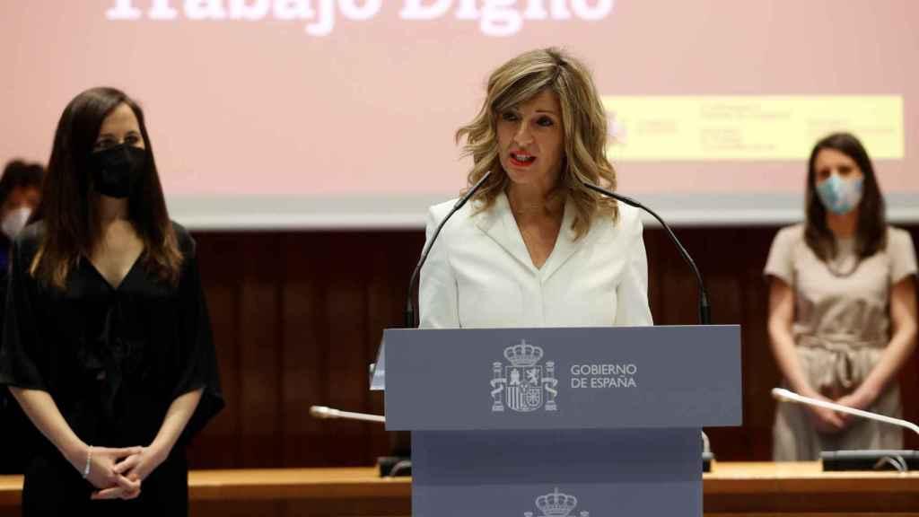 Yolanda Díaz, en el discurso de su toma de posesión, entre las ministras Ione Belarra e Irene Montero.