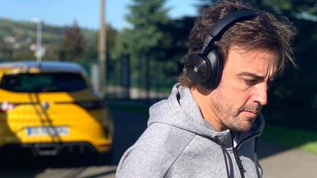 Fernando Alonso junto a su Renault Mégane RS en una imagen de su cuenta de Instagram.