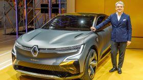 Imagen de Luca de Meo, junto a un prototipo que avanza el próximo Renault Mégane eléctrico.