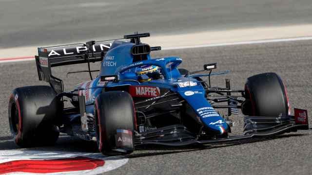 Fernando Alonso compitiendo con su nueva escudería Alpine.