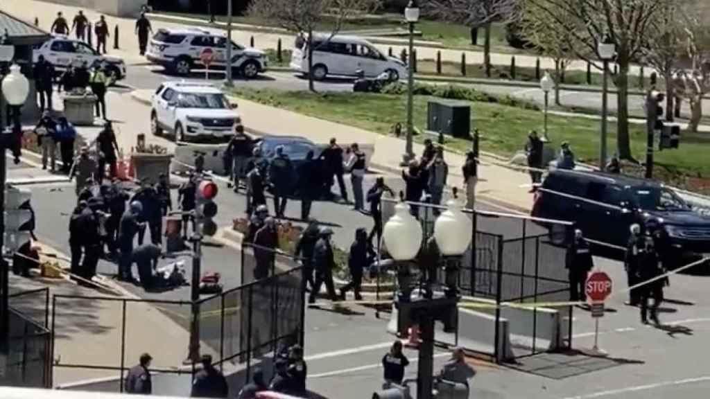 Un vehículo estrellado contra una de las protecciones exteriores del Capitolio.