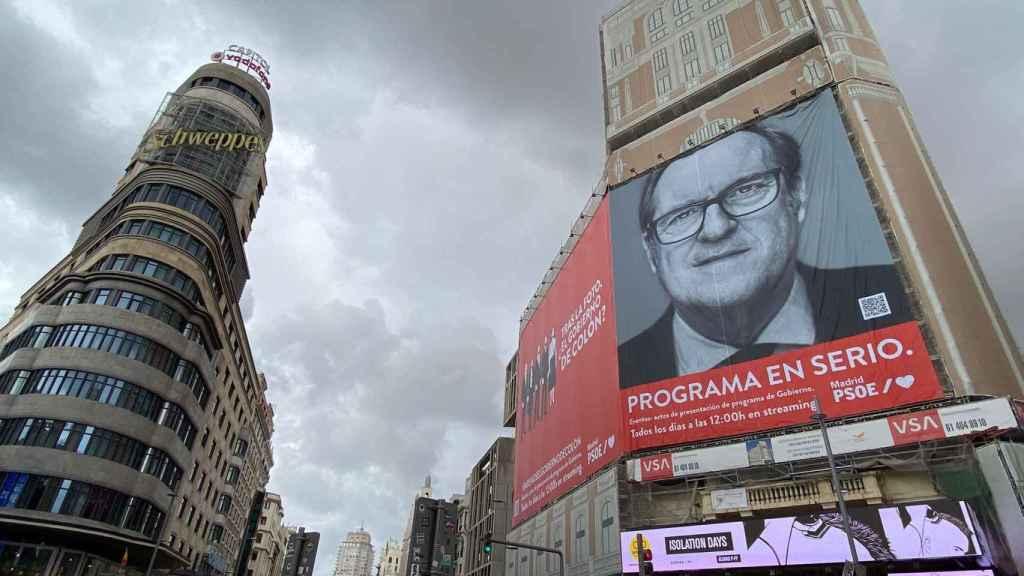 Pancarta de la campaña de Ángel Gabilondo en la Plaza del Callao en Madrid.