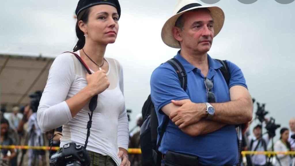 Enrique Santiago, líder del PCE, junto a Tanja Nijimeirjer, exguerrillera de las FARC.