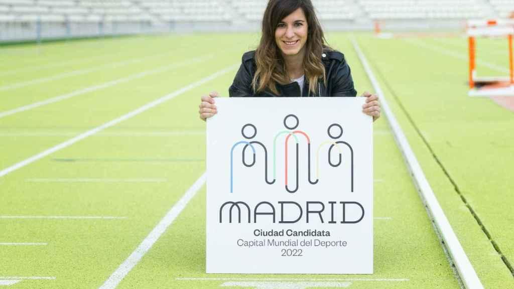 Sofía Miranda posa con el logo de la candidatura de Madrid Capital Mundial del Deporte