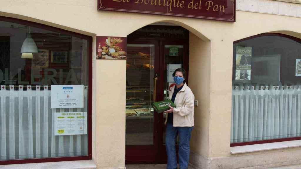 Carmen Moral, en la entrada de su pastelería.