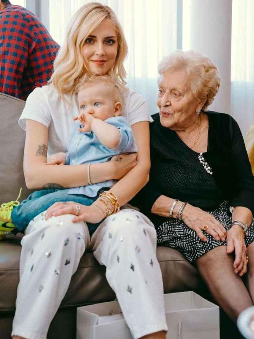 Chiara Ferragni con su hijo Leo y la abuela de Fedez, Luciana.