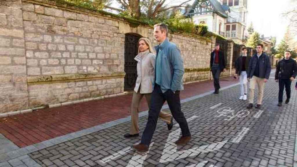 La infanta Cristina e Iñaki Urdangarin junto a sus hijos paseando por Vitoria, en Navidades pasadas.