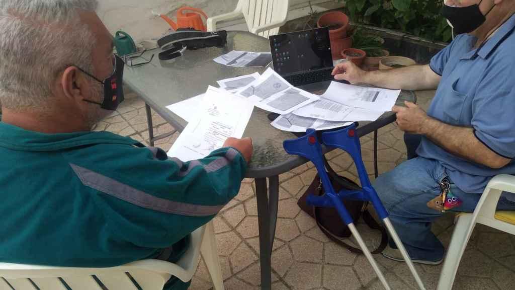 El vicepresidente y el presidente de Avite,  Rafael Basterrechea y José Riquelme, respectivamente, analizando los documentos.