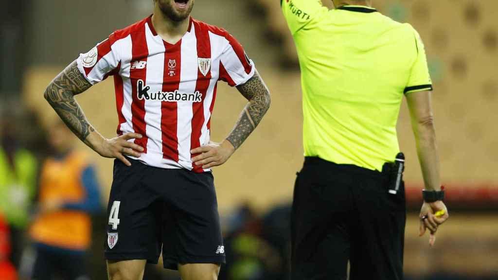 Estrada Fernández enseña la tarjeta roja a Íñigo Martínez