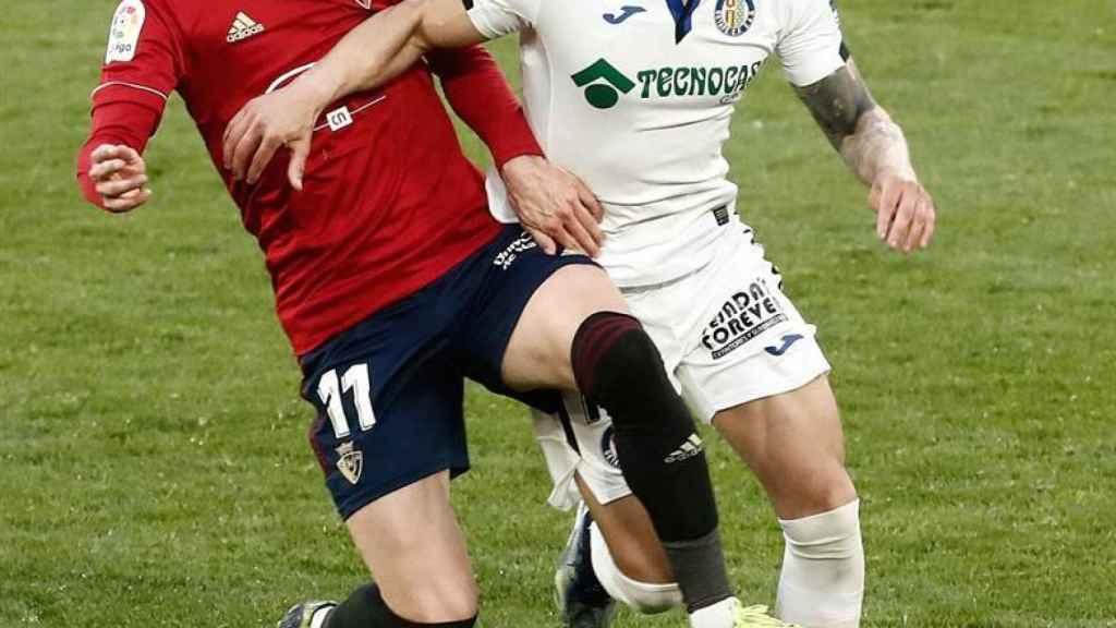 Enrique Barja pelea un balón con Mauro Arambarri