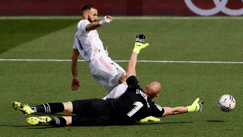 Lanzamiento a puerta de Karim Benzema ante Dmitrovic