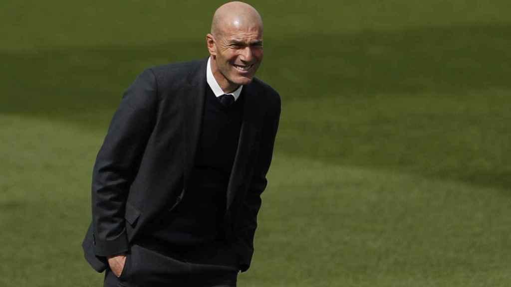 Zidane sigue el Real Madrid - Eibar desde la banda del Alfredo Di Stéfano