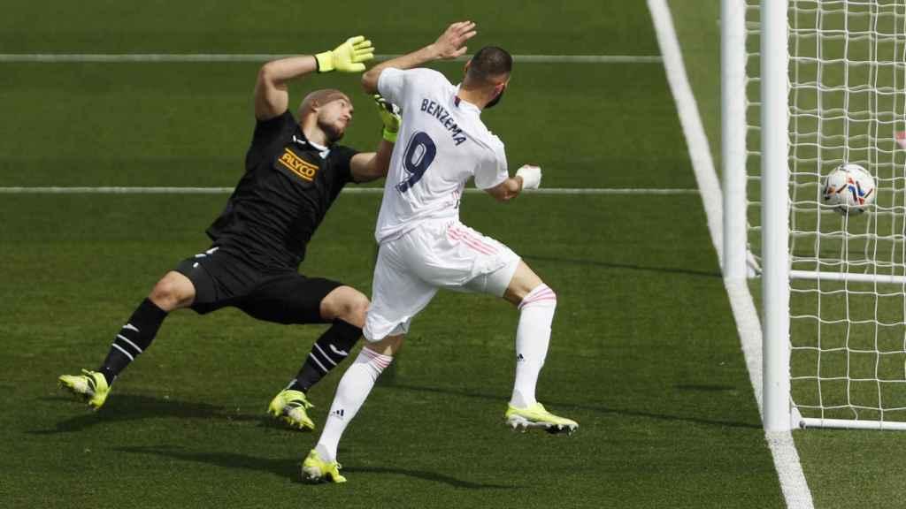 Karim Benzema logra marcar al Eibar pero el tanto es anulado por fuera de juego previo