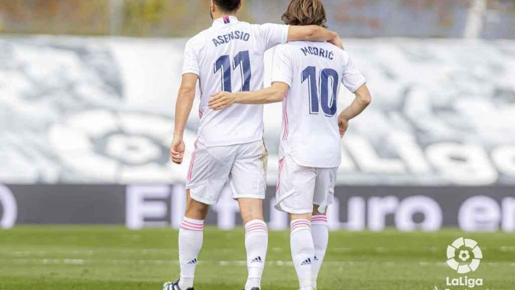 Marco Asensio y Luka Modric, tras el gol del '11' blanco