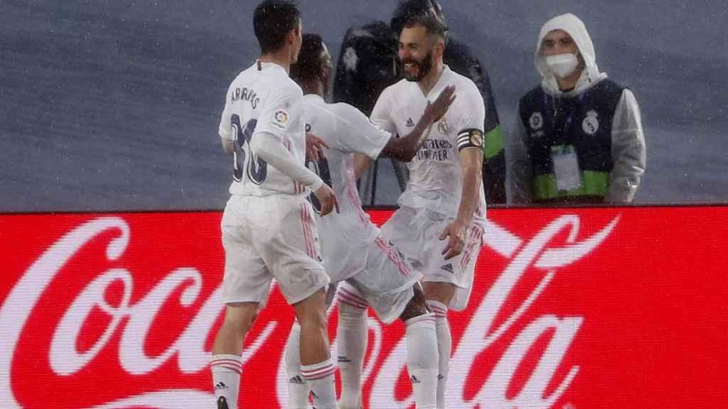 Karim Benzema celebra su gol al Eibar