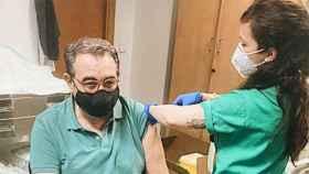 Jesús Fernández Sanz, siendo vacunado (Twitter).