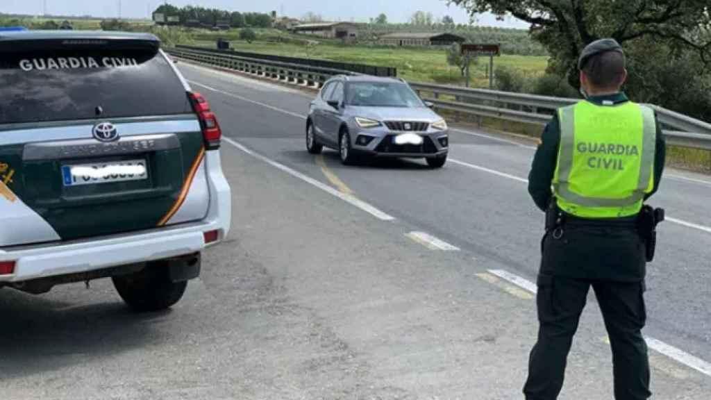 Un agente de Guardia Civil durante la intervención en la que una mujer ha resultado herida por un toro.