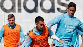 Eden Hazard y Raphael Varane, durante un entrenamiento del Real Madrid