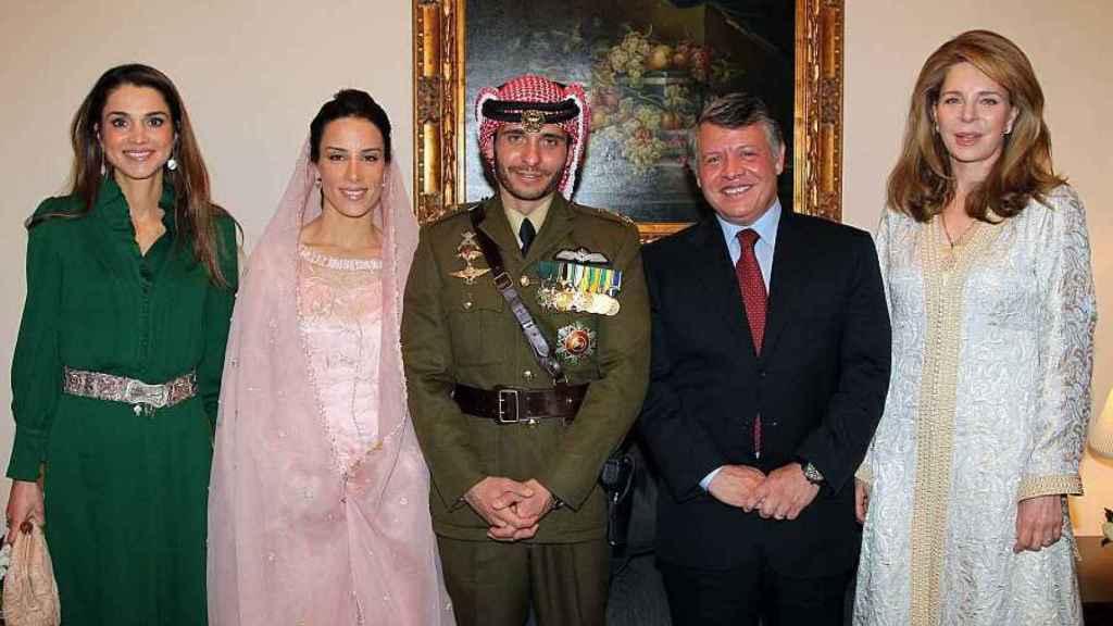 Imagen de 2012 en la boda de Hamzah bin Hussein y la princesa Basma Otoum, ambos en el centro. A su derecha, la reina Rania; y a su izquierda, Abdalá II y la reina Noor, viuda de Hussein.
