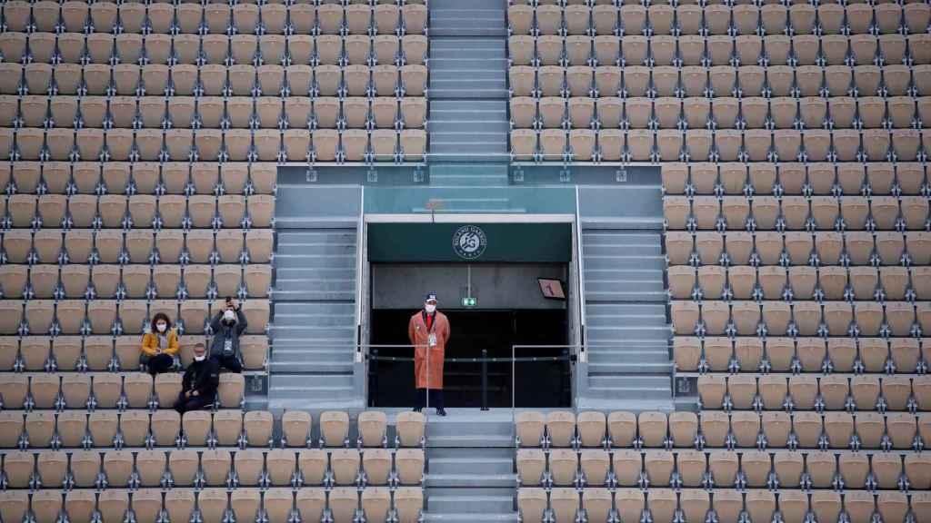 Tres espectadores en la grada de Roland Garros durante las restricciones de aficionados