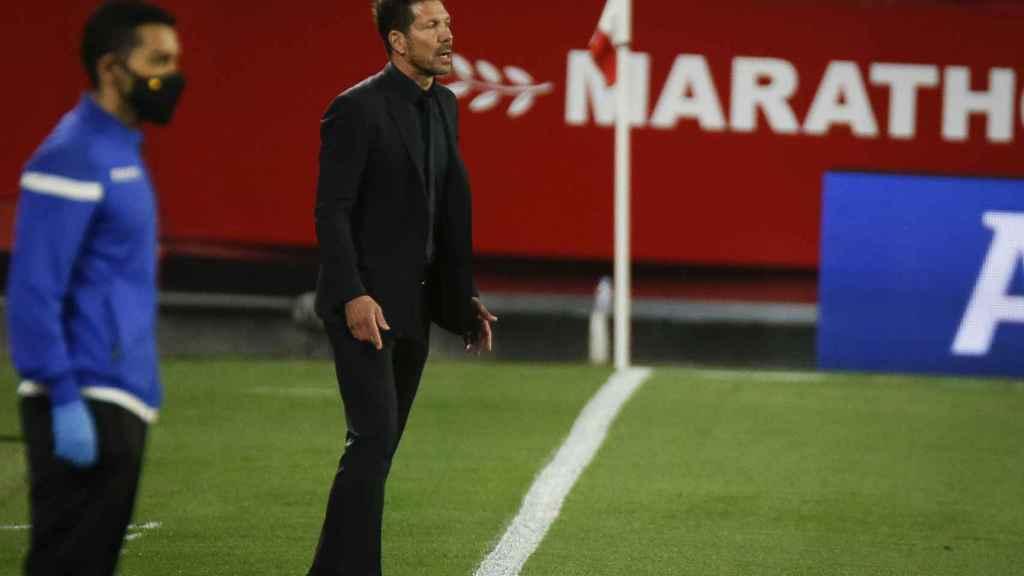 Simeone dando instrucciones al Atlético
