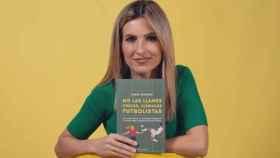 Danae Boronat con su libro 'No las llames chicas, llámalas futbolistas'
