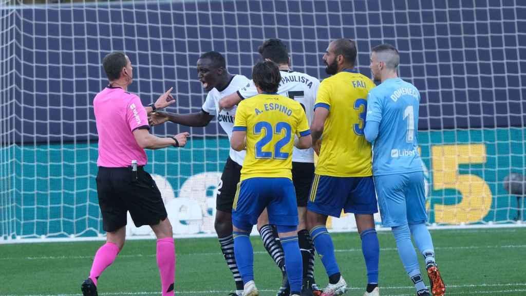 Diakhaby, parado por sus compañeros del Valencia