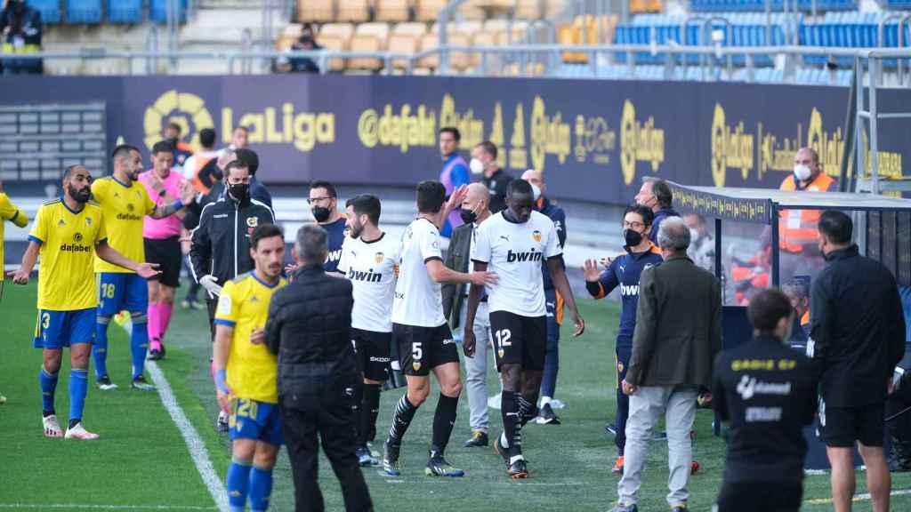Los jugadores del Valencia se retiran a vestuarios en apoyo a Diakhaby