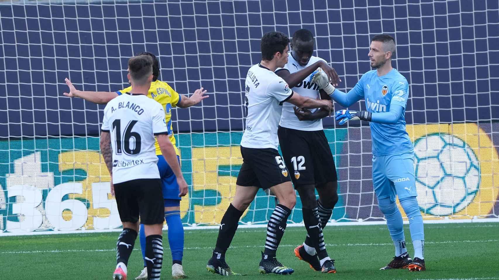 Los jugadores del Valencia intentando calmar a Diakhaby