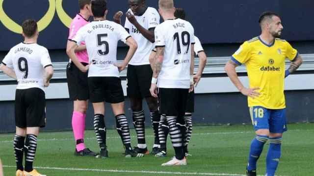 Diakhaby y los jugadores del Valencia hablando con el árbitro