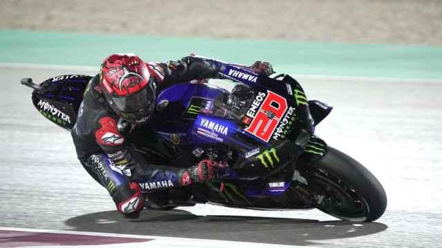 Fabio Quartararo traza un viraje con su Yamaha  YZR-M1, en el circuito qatarí de Losail.
