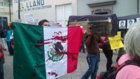 Imagen de archivo de manifestantes mexicanos protestando por la violencia durante la campaña electoral en este país.