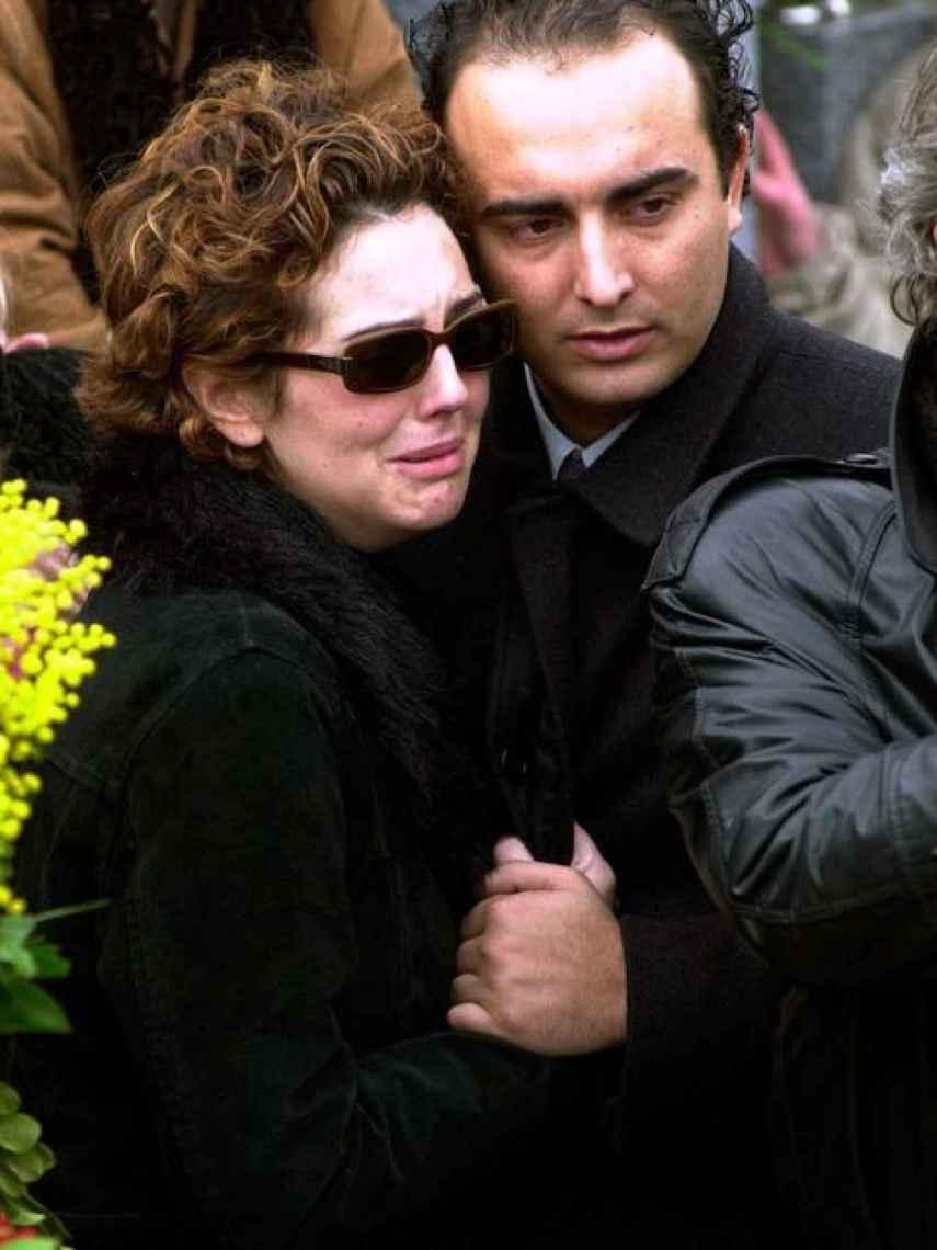Rocío, abrazada a Fidel Albiac en el entierro de su madre, Rocío Jurado.