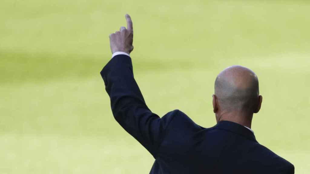 Zinedine Zidane da una indicación durante un partido