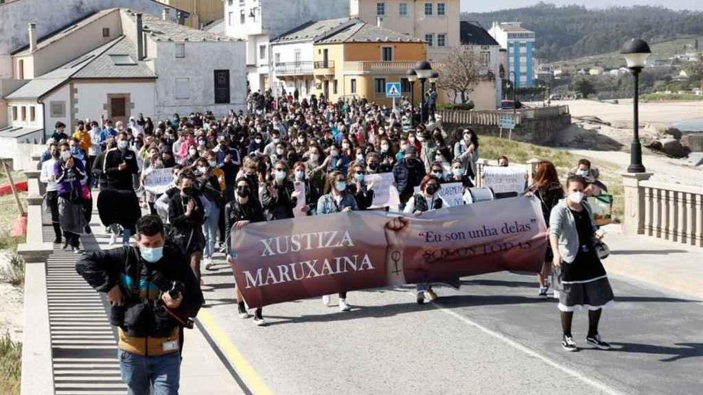 Cientos de personas se han manifestado en el pueblo con las mujeres afectadas.