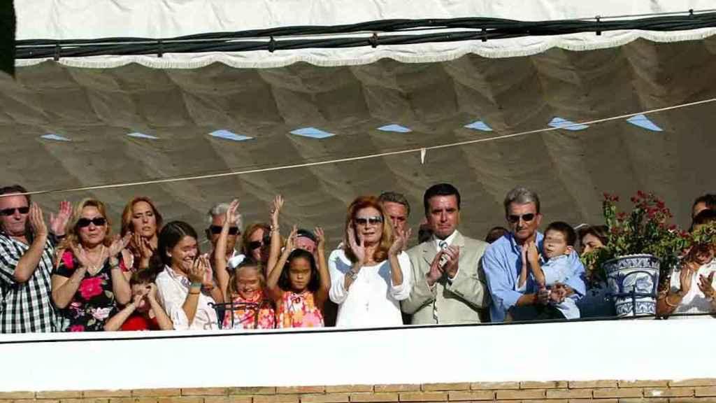 Rocío Jurado junto a toda su familia al completo en el balcón de su casa de Chipiona.