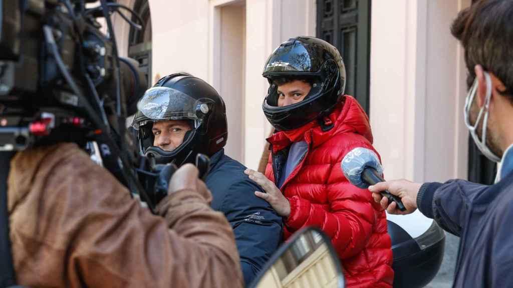 Bárcenas hijo montando en la moto de un amigo tras ser preguntado por la prensa por el permiso de su padre.