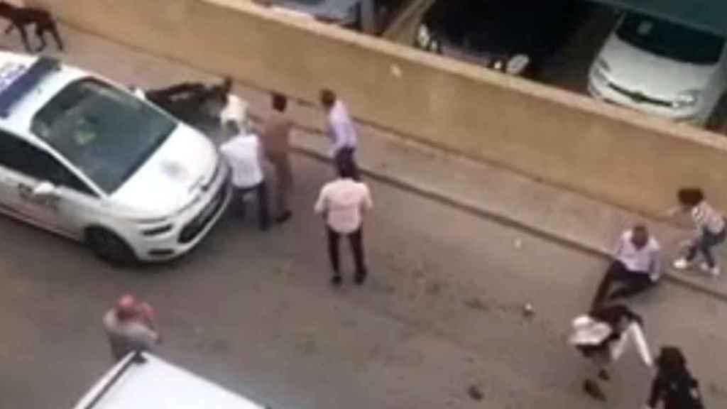 Momento en el que el policía agredido se encuentra en el suelo.