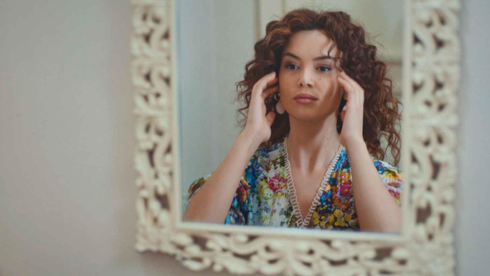 Sirin saca a la luz sus fotos con Sarp para dañar a Bahar, en lo nuevo de 'Mujer'