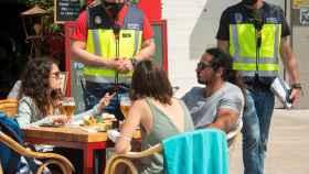 Agentes de la Policía Nacional controlan las medidas anti Covid en Palma de Mallorca. EFE/Cati Cladera