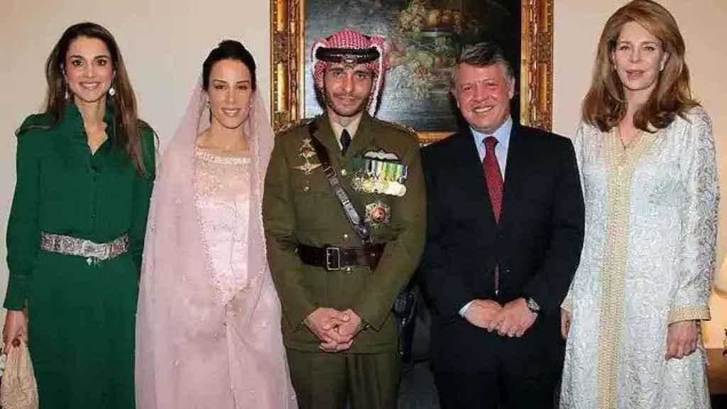 Imagen de 2012 en la boda de Hamzah bin Hussein y la princesa Basma Otoum, ambos en el centro. A su derecha, la reina Rania; y a su izquierda, Abdalá II y la reina Noor, viuda de Hussei