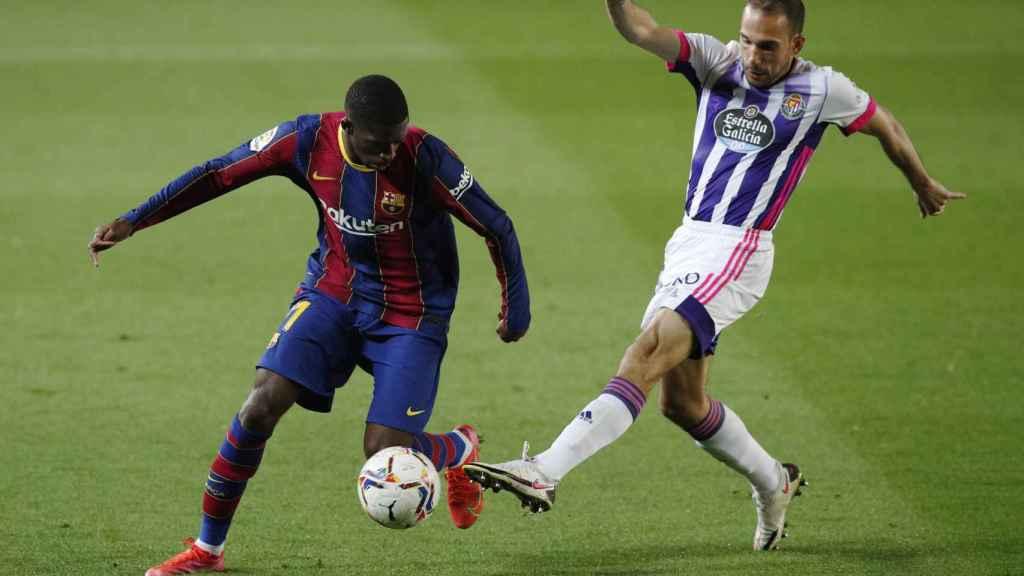 Nacho Martínez, del Valladolid, intenta quitar el balón a Ousmane Dembélé