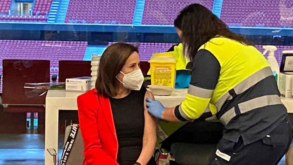 La ministra de Defensa recibe la vacuna de AstraZeneca en el Wanda Metropolitano.