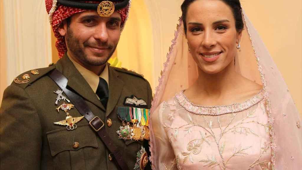 Hamzah bin Hussein y la princesa Basma Otoum en una imagen de su boda en 2012.